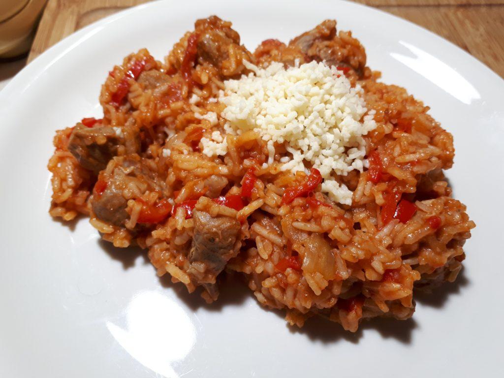 Schweinsvoressen mit Pelati, Peperoni, Reis und Erdnussbutter