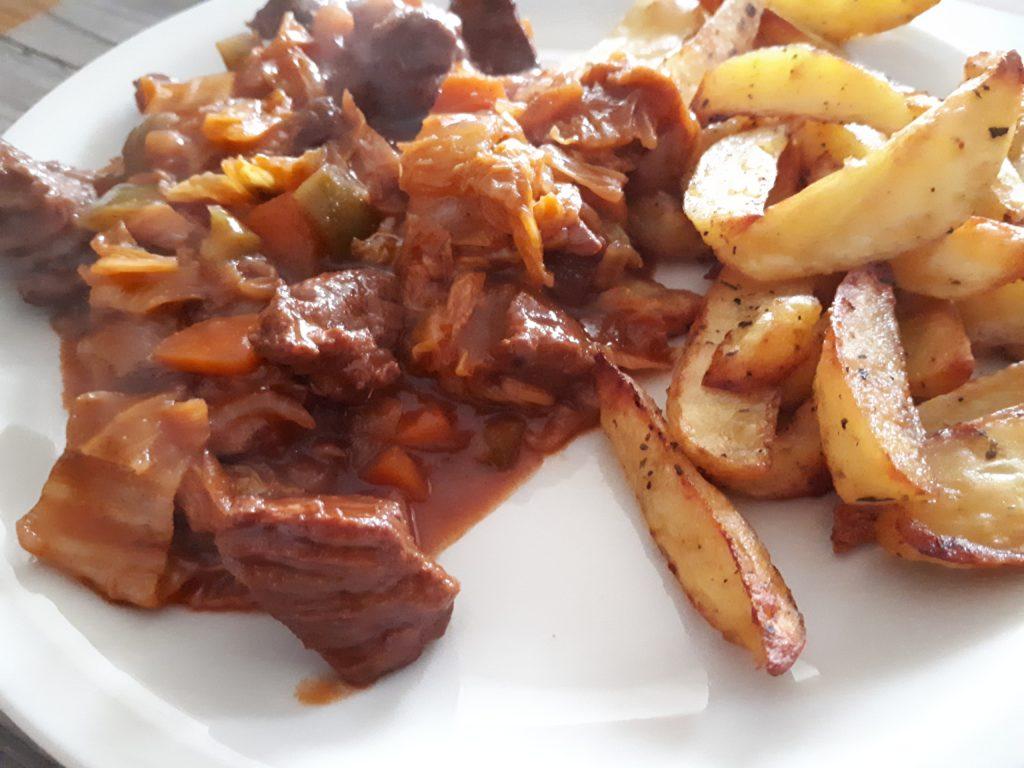 Rindsragout mit Ofen-Kartoffeln