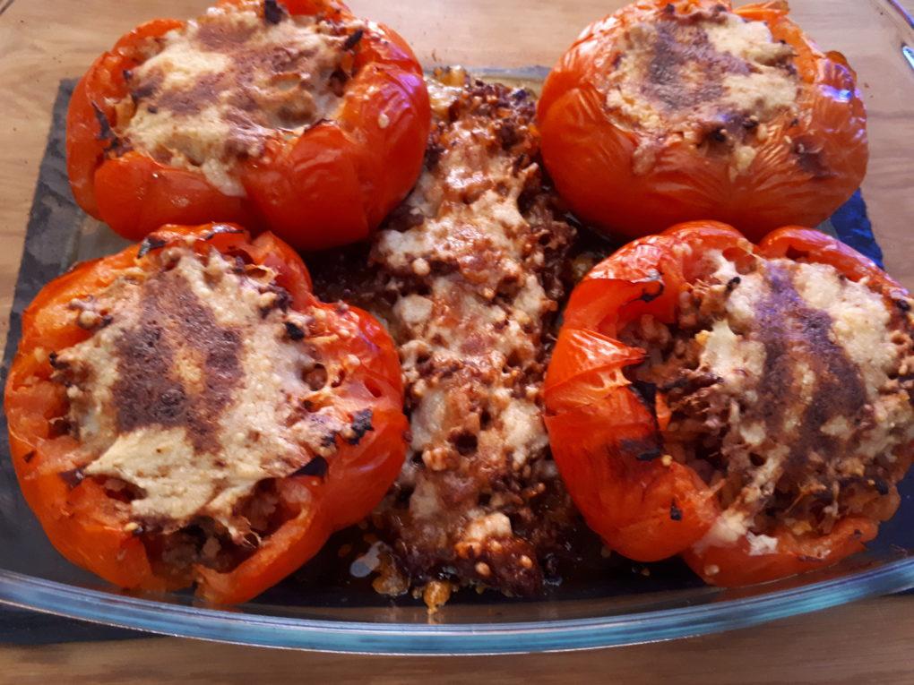Tomaten mit Reis-Hackfleisch-Füllung