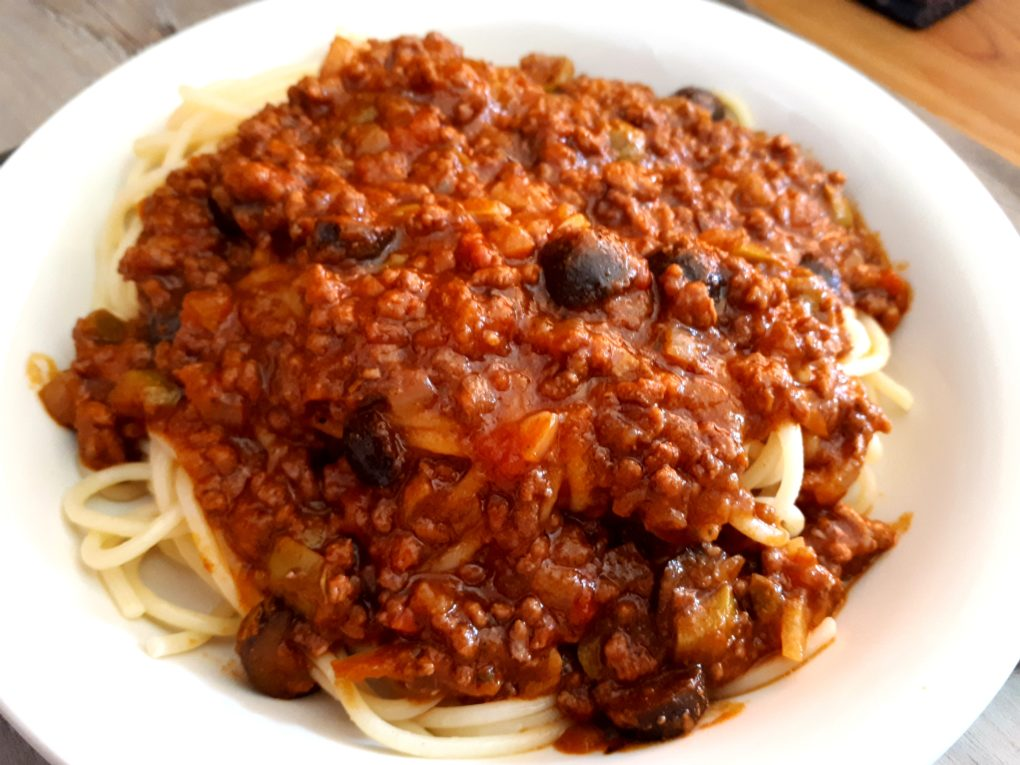 Spaghetti Puttanesca Interpretation mit Hackfleisch