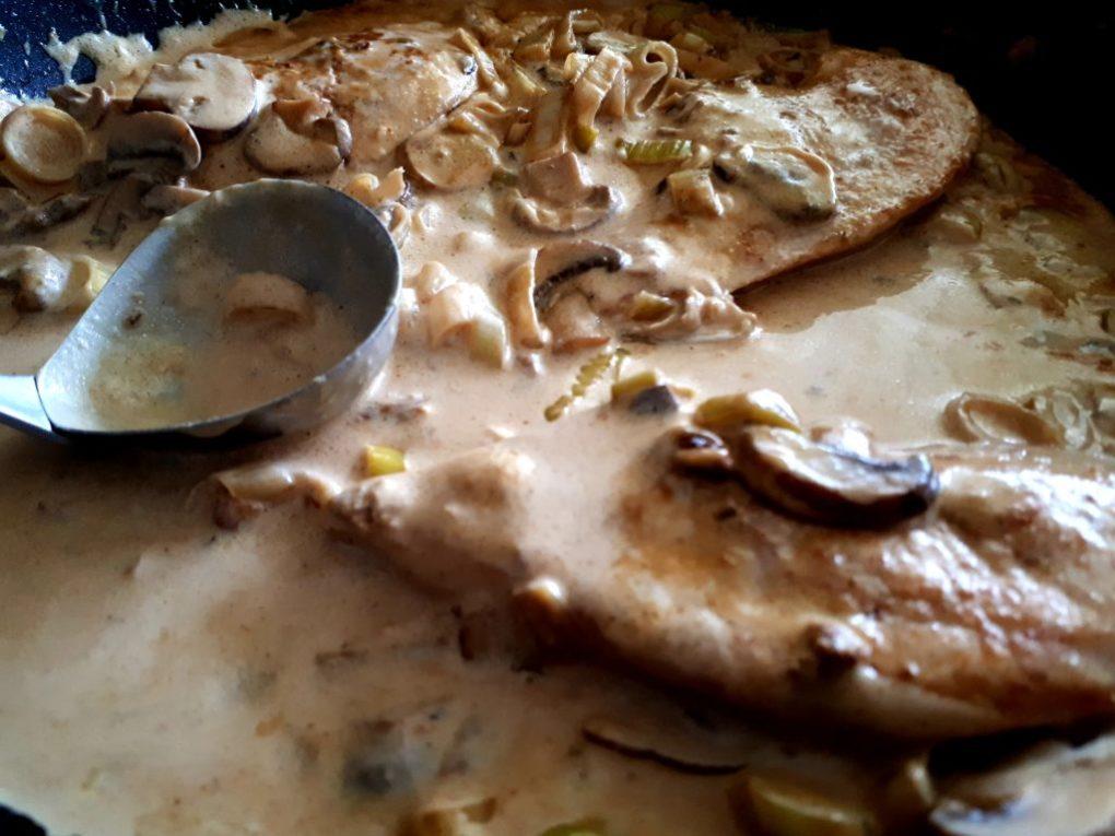 Cremige Pilz- und Lauch-Hähnchenbrust