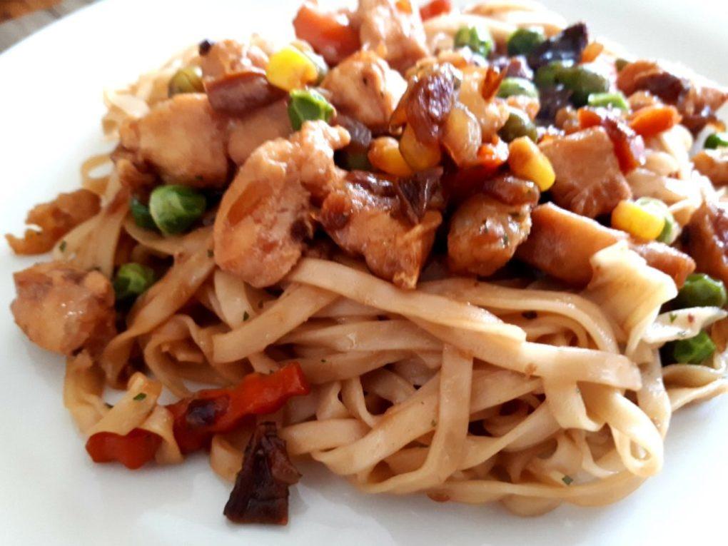 Chinesische Nudeln mit Hähnchen und Gemüse