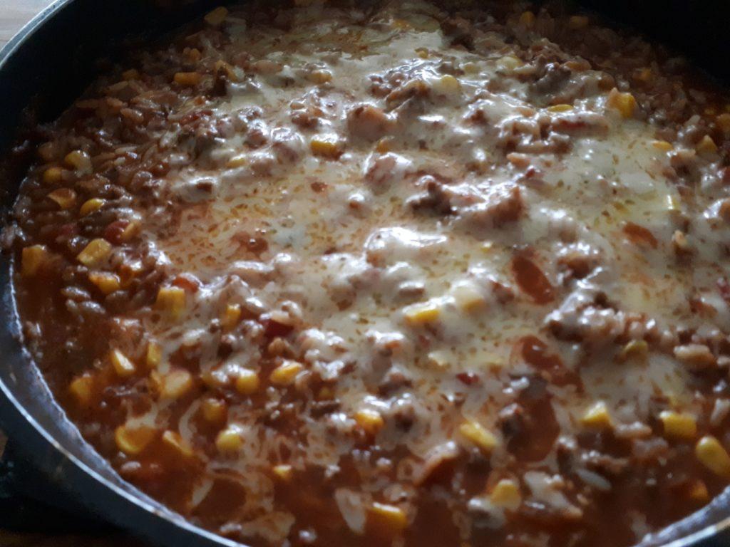 Käsiger spanischer Reis-Auflauf