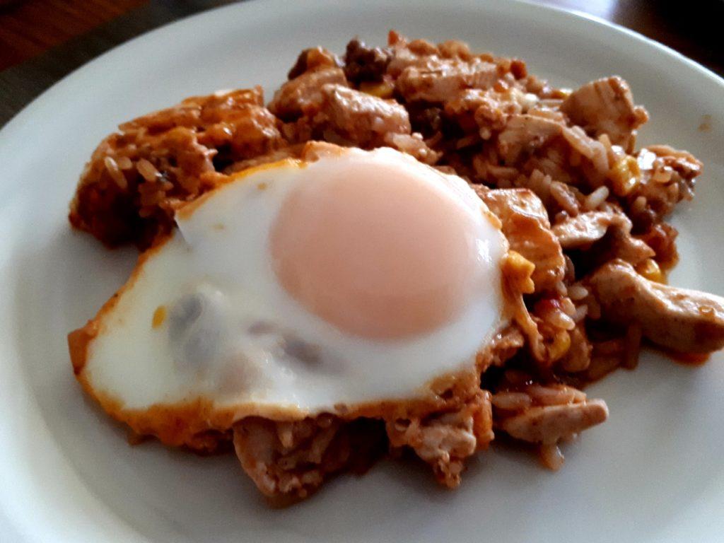 Resteverwertung: Auflauf von gestern mit Pouletgeschnetzeltes und Ei gebraten