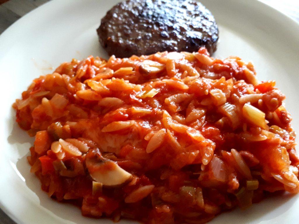 Kritharaki in Gemüse-Tomaten-Sauce