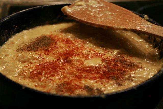 Käsefondue mit Tomaten und Paprika